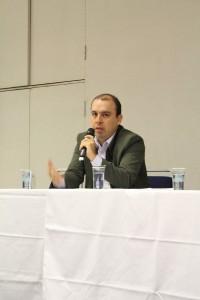 falando ao público sobre o impacto das redes sociais na área de formatura